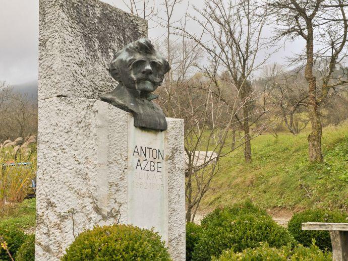 Le monument dédié à Anton Ažbet